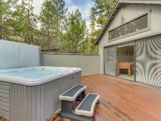 Cozy cabin close to the Village w/ hot tub & dedicated game room! Sharc passes!