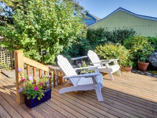 Family home w/ private hot tub, firepit & deck - 1 block to beach, dogs welcome!