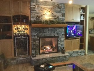 Very spacious 2 bdrm former show suite - luxury on the slopeside w/great ski out