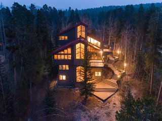 Stately modern home with wraparound deck, minutes to slopes - Bear Peak Lodge