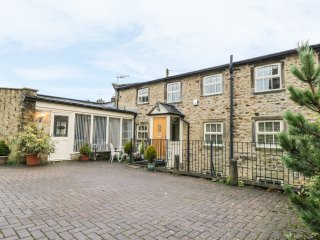 1 THE OLD WEAVING SHED, three floors, courtyard garden, sun room, in Addingham