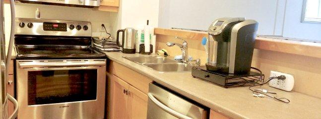 La cuisine est équipée avec des ustensiles, casseroles, poêles, couverts et placage 12.