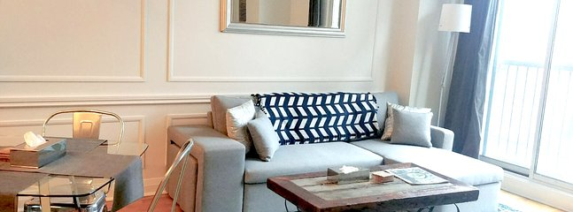 Il soggiorno ha una sezione che si trasforma in un letto matrimoniale. Non è un ritiro e molto confortevole