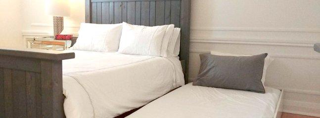 Sous le lit dans le maître se trouve un lit gigogne qui sort pour couchage supplémentaire.