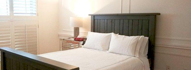 La chambre principale dispose d'un matelas en mousse à mémoire confortable, des oreillers douillets et une literie de qualité de l'hôtel.