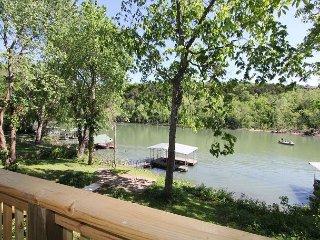 Taneycomo Lake Cottage-5 Bedroom, 3 bath Lakefront Cottage with Boat Slip