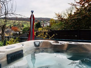 CLATTERWAY COTTAGE, three floors, hot tub, summer house, in Cromford, Ref. 91387