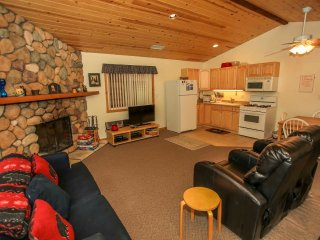 ~Moonridge Getaway~Furnished Mountain Cabin~Kitchen & Dining~Minutes To Town~