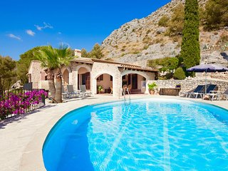 Sunny Villa La Fonda for 6 guests near the sandy beaches of Puerto Pollensa!