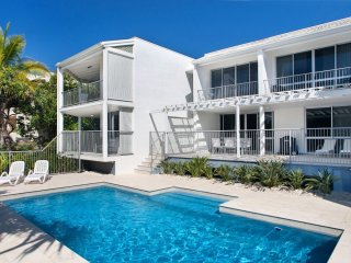 3 WEBB - IDYLLIC OCEAN ESCAPE - large pool and a minute from the beach and shops