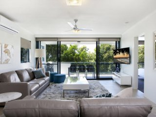 VILLAGE AND BEACH AT YOUR DOORSTEP - 'Sunshine Central', 8/21 Henderson Street,