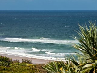 LUXURY BEACHSIDE HOLIDAY HOME - 21 Ross Crescent, Sunshine Beach