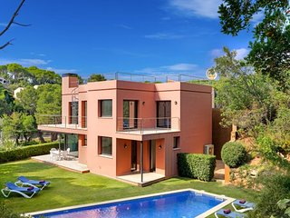 4 bedroom Villa with Pool, Air Con and Walk to Beach & Shops - 5246726
