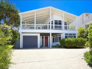 65 SEAVIEW - FAMILY BEACH HOUSE - large beach house overlooking the ocean and pe