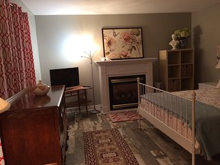 Furnished One Bedroom Apartment - Full Kitchen - Ensuite Laundry - St. Lawrence