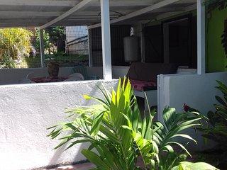 gite situé dans un jardin tropical.