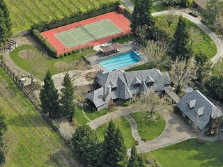 Estate in the Vines - Main House: 3 Bedrooms, 2 Full Bath, One and Half Bath