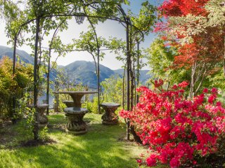 6 Bedroom with STUNNING LAKE COMO VIEWS, Convenient to Lake, 15 min to Cernobbio