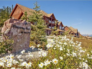 3BR Townhouse w/Fireplace, Deck, Hot Tub, WiFi- Resort Pool, Mountain Views, Ski