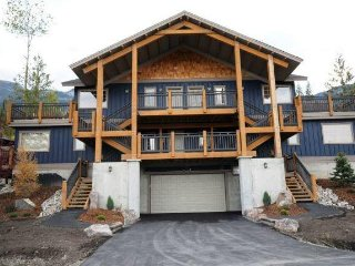 2BR Townhouse w/Fireplace, Deck, Hot Tub, WiFi- Resort Pool, Mountain Views, Ski