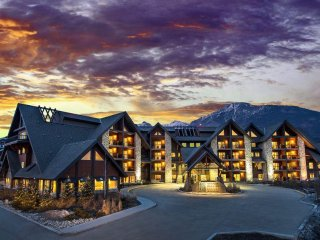 Family-Friendly Suite w/ Nearby Skiing, Free WiFi, Indoor Water Slides & Pool