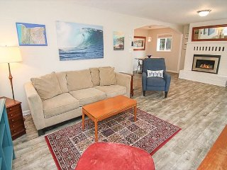 Retro-Surf Family Fun With Spacious Yard, Hot Tub, and allows Pets!