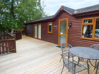 CHARLIE'S LODGE detached lodge on Whitecross Bay, en-suite, open plan, on-site