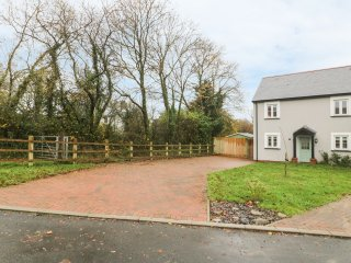CLARE HILL COTTAGE, WIFI, en-suite, St Clears 1 mile, Ref 969219