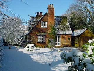 Uplay Cottage, New Forest beautiful 'Arts and Crafts' cottage, up to 8-10 people