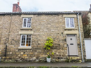 BRIAR COTTAGE, open fire, en-suite bedrooms, pet friendly, in Pickering, Ref