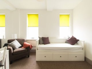 Bright Apartment in Central Gloucester - next to bus and rail stations