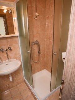 R2 gornja(3): bathroom with toilet
