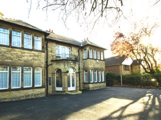 Rose Dene House | Room Four • Cosy Village Retreat •Close To M1/M62 | TV | Wifi