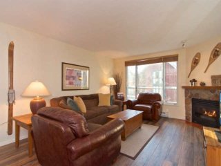 Heart of the village + easy walk to lifts! Mountain-chic Bear Lodge condo