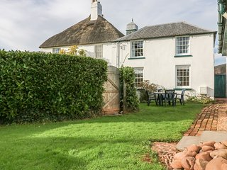 TRAVERSHES COTTAGE, family friendly, enclosed garden, close to the coast, in Exm