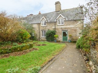 MARY'S COTTAGE, wood burner, en-suite, working farm, countryside, in Combe Marti