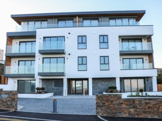 LITTLE FISTRAL, open plan, balcony, overlooking the beach, in Newquay, Ref