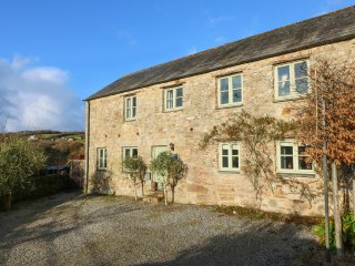 LOWER WOODA BARN, grade II barn conversion, private garden, pet-friendly, WiFi,