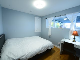 Room#102 Near Brentwood:Queensize bed with shared washroom