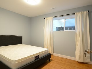 Room#103 Near Brentwood: Queensize bed with shared washroom