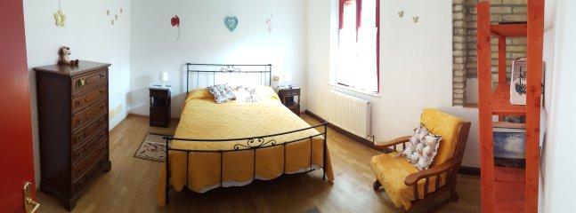 Première chambre, deuxième chambre communicante avec un lit double et un lit pour bébé