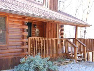 Two bedroom cabin with King Beds, WI-FI, hot tub, community pool, tennis, views