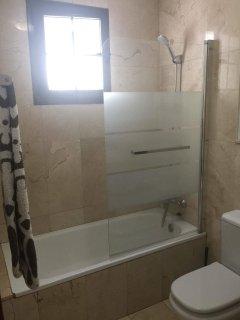 Villa uriel, 2 bedrooms 2 bathrooms, pool, WiFi, sea view, English + European TV