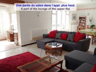 Veronique Upper Flat: Lounge, kit, 3 bedrms, 2 wcs, balc, gdn, prkg. Many games