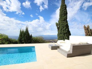 Beautiful Villa for 4 people, private heated pool, WiFi, 9 minutes from beach