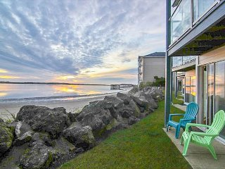 BeautifulGround-level WaterBay Front Condo with gorgeous bay and ocean views!