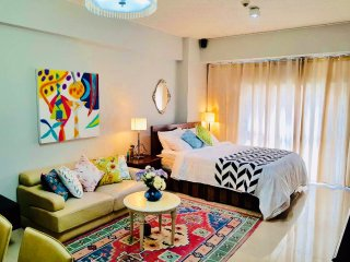 Bright & Beautifully designed-  walking distance to Greenbelt1 w/ 20mbps wifi