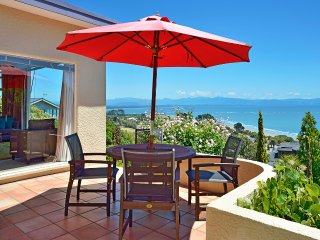 Casa Kia Ora Holiday Home - Nelson Tahunanui Beach & Sea Views!