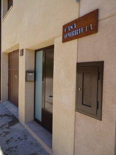Fachada Casa Ombrieta. Dos casa gemelas de nueva construcción con materiales de primera calidad.