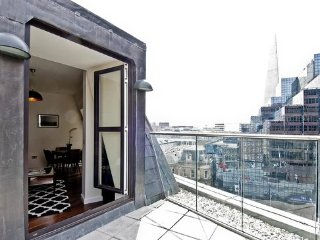 2 bedroom apartment Enjoy a beautiful view of the Monument from your terrace.